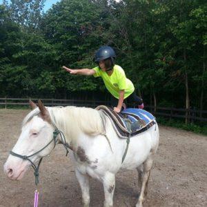 Une jeune à cheval - du Camp de jour équitation à Laval