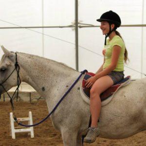 Une jeune à cheval pendant du Camp de jour équitation à Laval